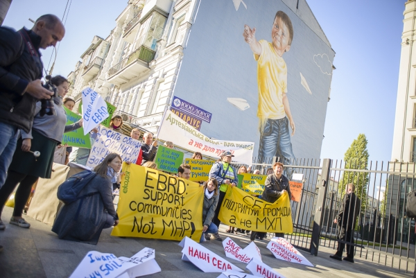 Activists protests in front of EBRD´s office in Kiev
